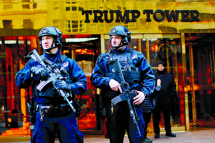 全副武裝的警察在政要穿梭不息的特朗普大樓前保持警戒。(AFP)