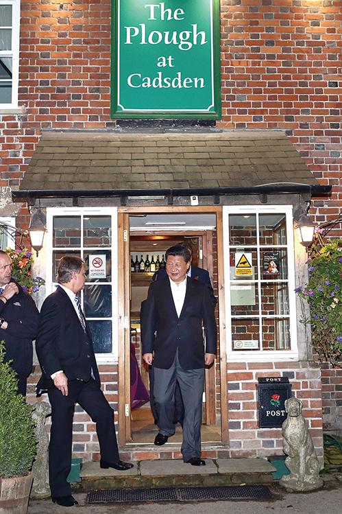 2015年10月22日,習訪英時與時任英首相卡梅倫一起光顧倫敦鄉村酒吧。(Getty Images)