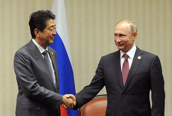 圖為日本首相安倍晉三與俄羅斯總統普京上月19日在亞太經合會議中握手。(Photo by Mikhail KlimentyevTASS via Getty Images)