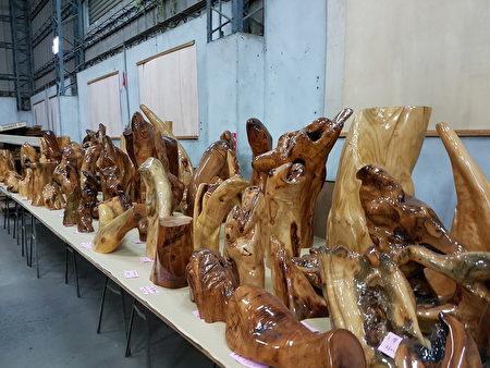 銘木珍貴的原木藝術品。(李芳如/大紀元)