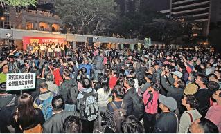 梁振英上周五宣佈不連任後,民主派上周六晚集會重申要換人換制度;有市民則開香檳慶祝梁無法連任。(大紀元資料圖片)