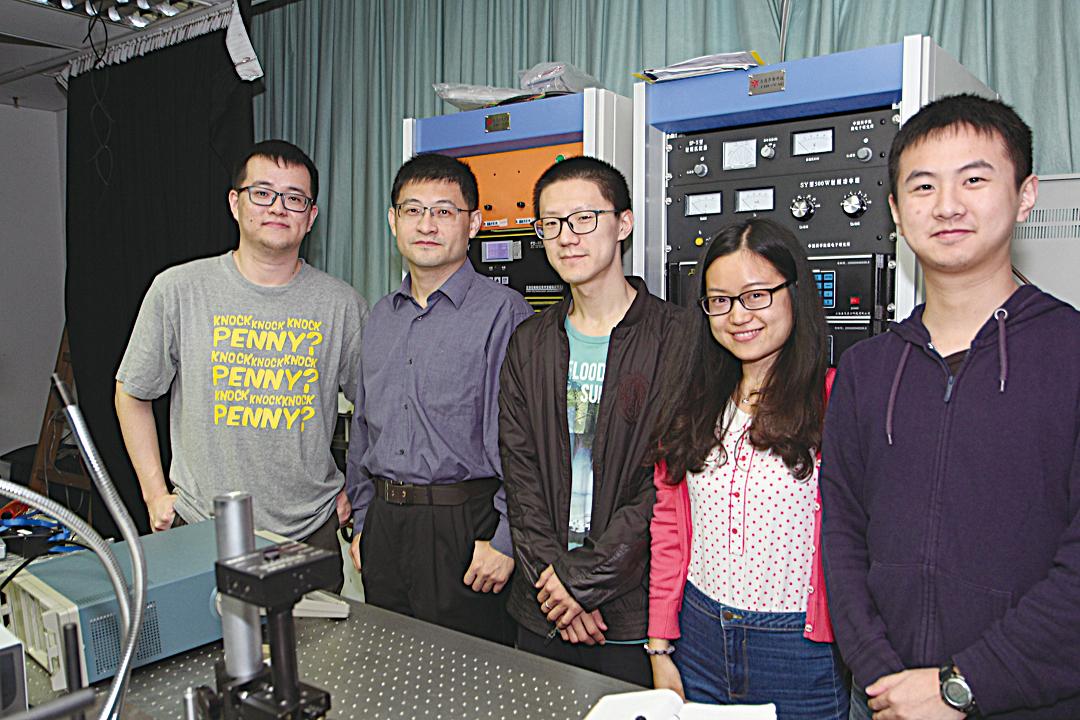 崔曉冬教授(左二)及其研究團隊。(香港大學提供)