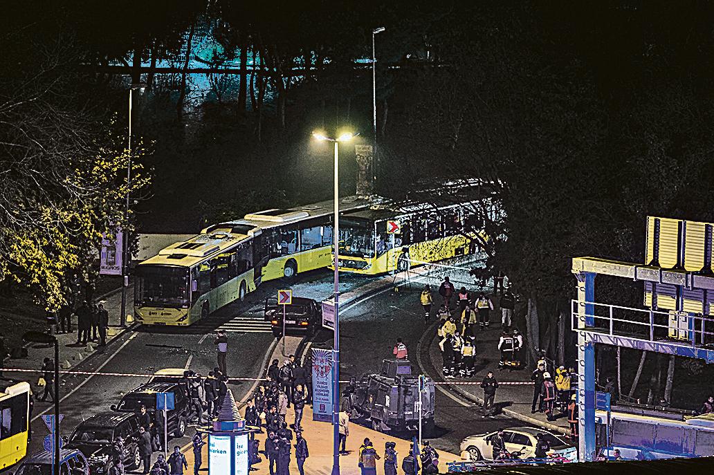 周六,土耳其伊斯坦堡市中心一座足球場外發生2宗爆炸事件,造成至少20人受傷。(AFP)