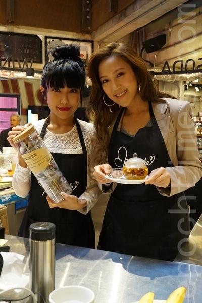 鍾舒漫及鍾舒祺展示花茶的製成品。 (宋祥龍/大紀元)