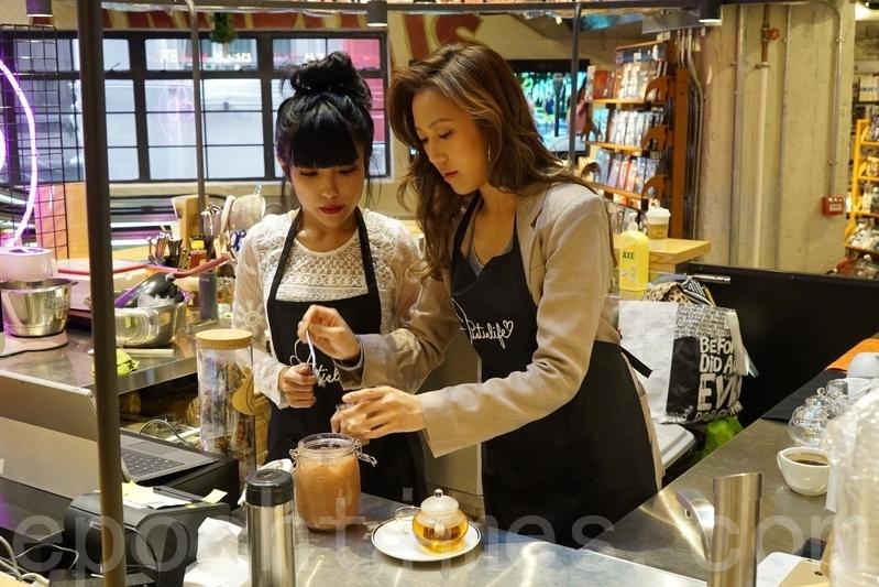 鍾舒漫及鍾舒祺製作自家花茶。 (宋祥龍/大紀元)