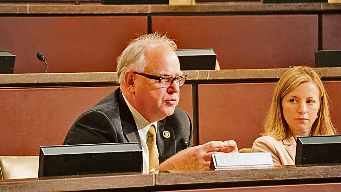 美國國會議員沃茲(Tim Walz)呼籲香港政府邀請神韻演出。(林帆/大紀元)