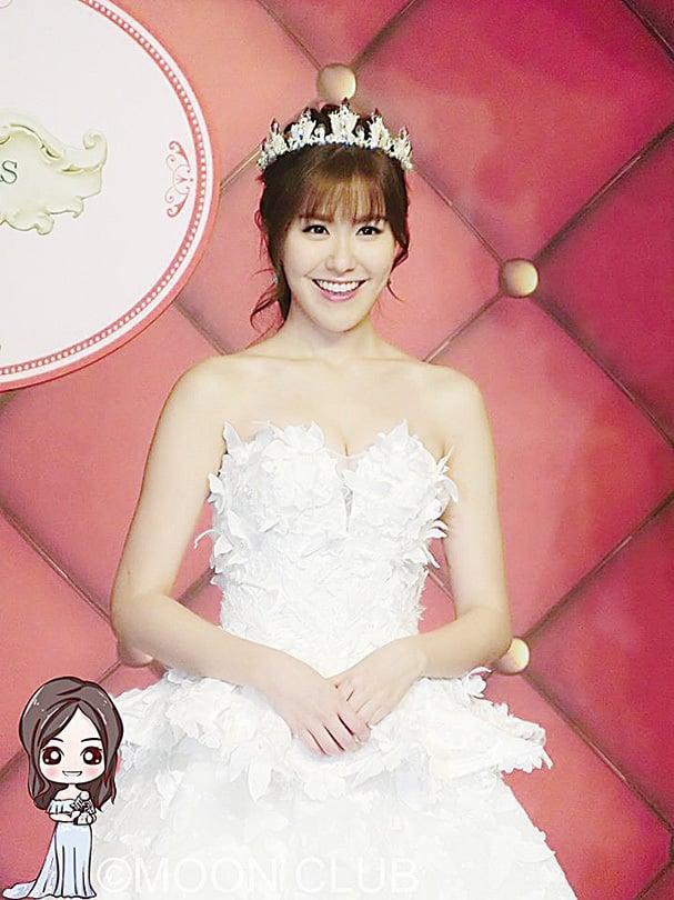 劉佩玥穿上婚紗出席「第85屆香港結婚節暨聖誕婚紗展」。(劉佩玥facebook)