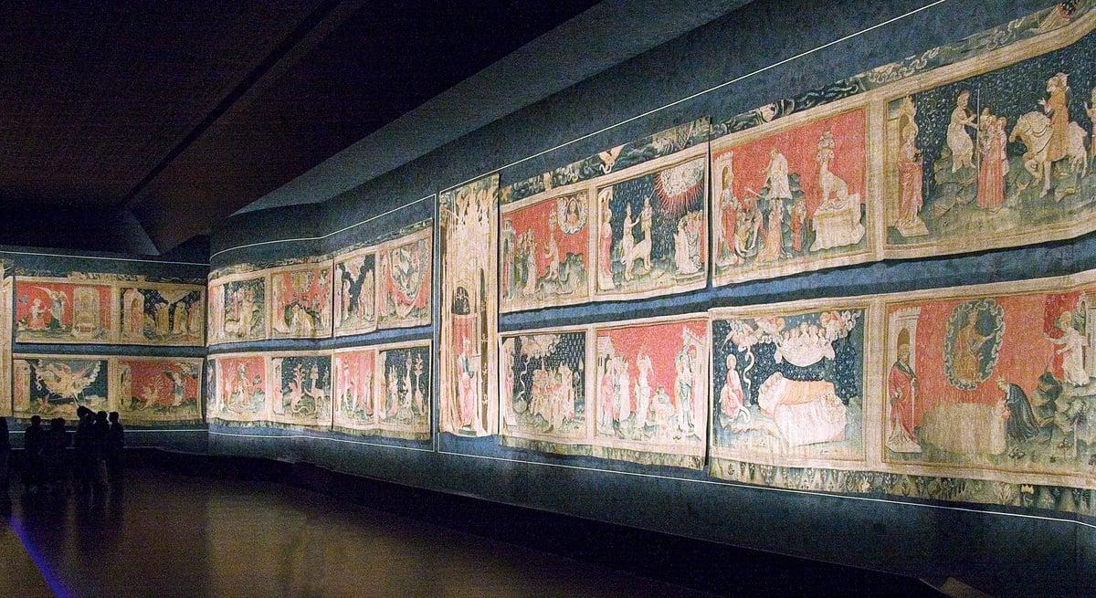 歷經7個世紀的歲月滄桑,法國昂熱城堡始終保持著雄渾而嚴峻的中世紀防禦要塞的氣勢。這座古堡更因為收藏有世界上最大最古老的中世紀壁毯——14世紀的《啟示錄》壁毯,成為曼恩-盧瓦爾省遊客到訪最多的景點。(圖/維基百科、網絡圖片)