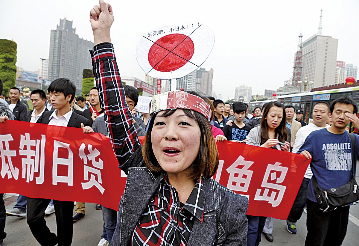 2012年中國大陸爆發反日遊行,源頭被認為是梁振英「默許」放行保釣船前往釣魚台。(Getty Images)