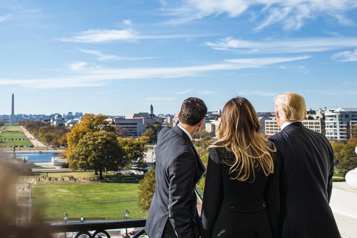 美國眾議院議長Paul Ryan (左)和候任總統特朗普(右)及他的妻子梅蘭妮於11月10日在華盛頓國會大廈上觀望前方演講台。(Zach Gibson / Getty Images)