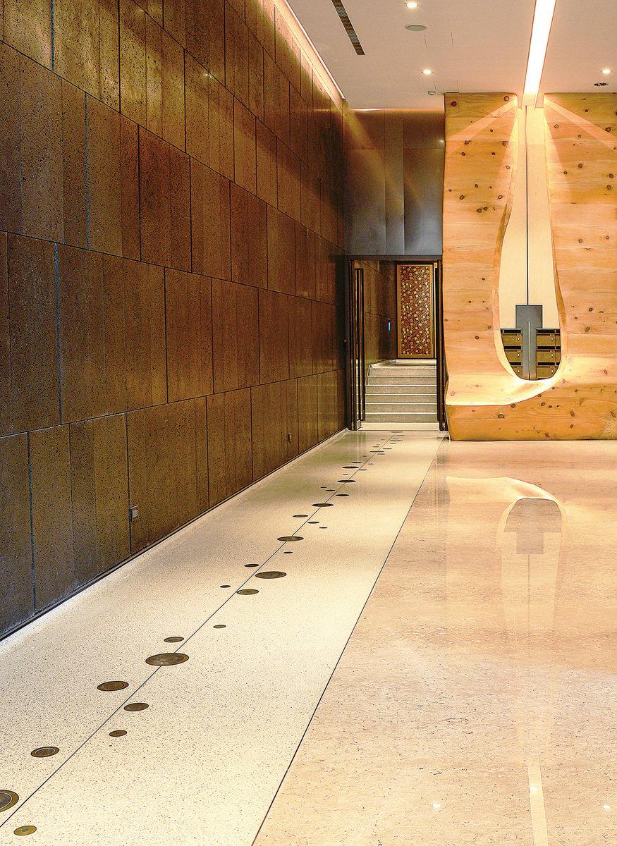 位於公益路商圈的「敘美」大廳充滿藝術性。左邊有條面積較小的磨石子地板,石子原料取自大廳大理石損料,加上抿石泥而成。其上則採用黃銅、不鏽鋼造成圖案。(龔安妮提供)