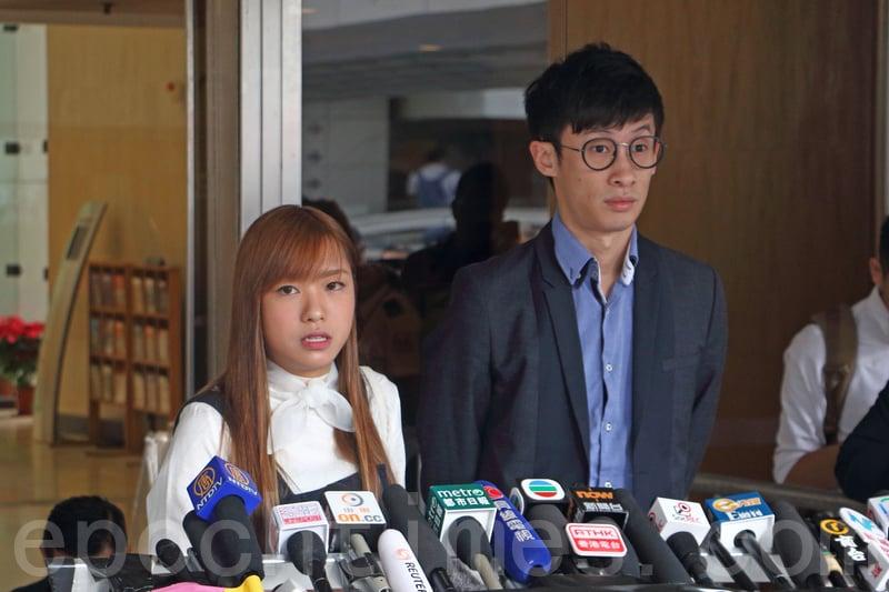 青年新政的梁頌恆和游蕙禎再次在高等法院外會見傳媒,並宣佈會就宣誓案上訴至終審法院。(蔡雯文/大紀元)