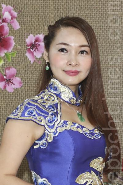 陳昭昭(左)表示自己鍾意穿旗袍,好多時出席活動、演出或做司儀時,也都會穿旗袍。同場的鄭明明(右)覺得旗袍才可以表現到中國女性的美和優雅。(余鋼/大紀元)