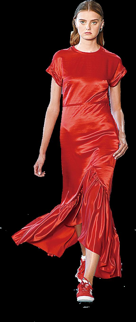 華麗的晚裝連身裙搭配同色系的運動鞋,帶出一些「玩味」,造型輕鬆,又不失時尚。