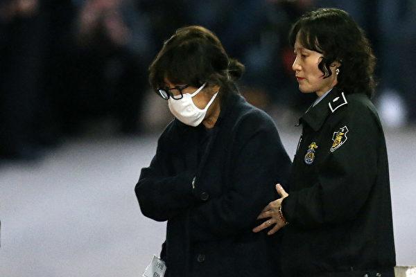 今年11月3日,崔順實為接受審查,走進首爾瑞草區首爾中央地方法院。(KOREA POOL/AFP/Getty Images)