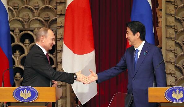 12月16日,日本首相安倍晉三和俄羅斯總統普京在東京進行了第二天的會談。會後雙方聯合舉行了記者會,並發表了共同聲明,雙方表示:「北方四島的共同經濟合作是締結和平條約的重要一步。」(Getty Images)