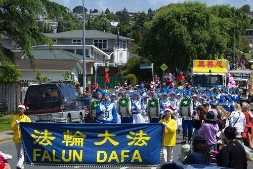 新西蘭法輪功團體已經參加了二十場聖誕遊行,成為了遊行隊伍裏的亮點