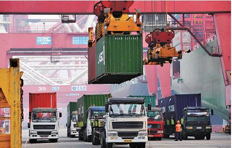 中國社科院原副院長李揚表示,中國非金融企業的槓桿率,到2014年已提升到149.1%,顯然已超過安全線90%很多了。(AFP)