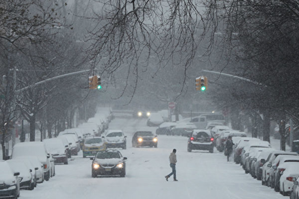 周六(12月17日),紐約布魯克林街頭大雪紛飛。(Spencer Platt/Getty Images)