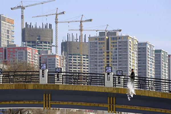 中共中央經濟工作會議四大看點之一,加強樓市調控、遏止投機。圖為北京公寓大樓。(LIU JIN/AFP/Getty Images)