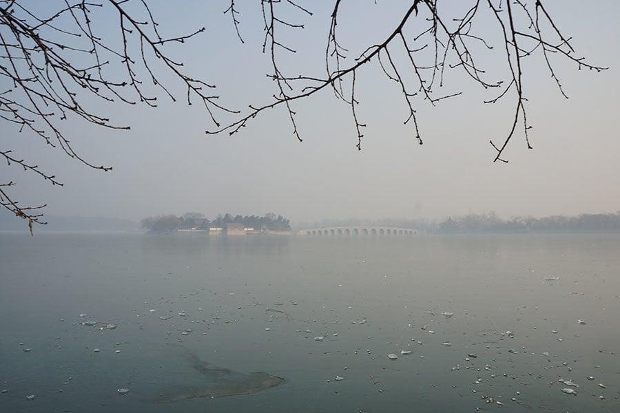 北京的空氣監測數據顯示,PM2.5值已經上升到10倍於世界衛生組織認定的安全水平,其霧霾程度令人窒息。圖為2016年12月18日,北京,頤和園景區,西堤、十七孔橋、佛香閣等景點被霧霾所埋沒。(大紀元)