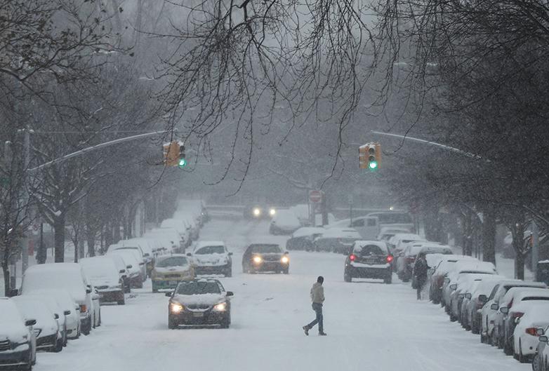 周六(12月17日),紐約布魯克林街頭大雪紛飛。(Getty Images)