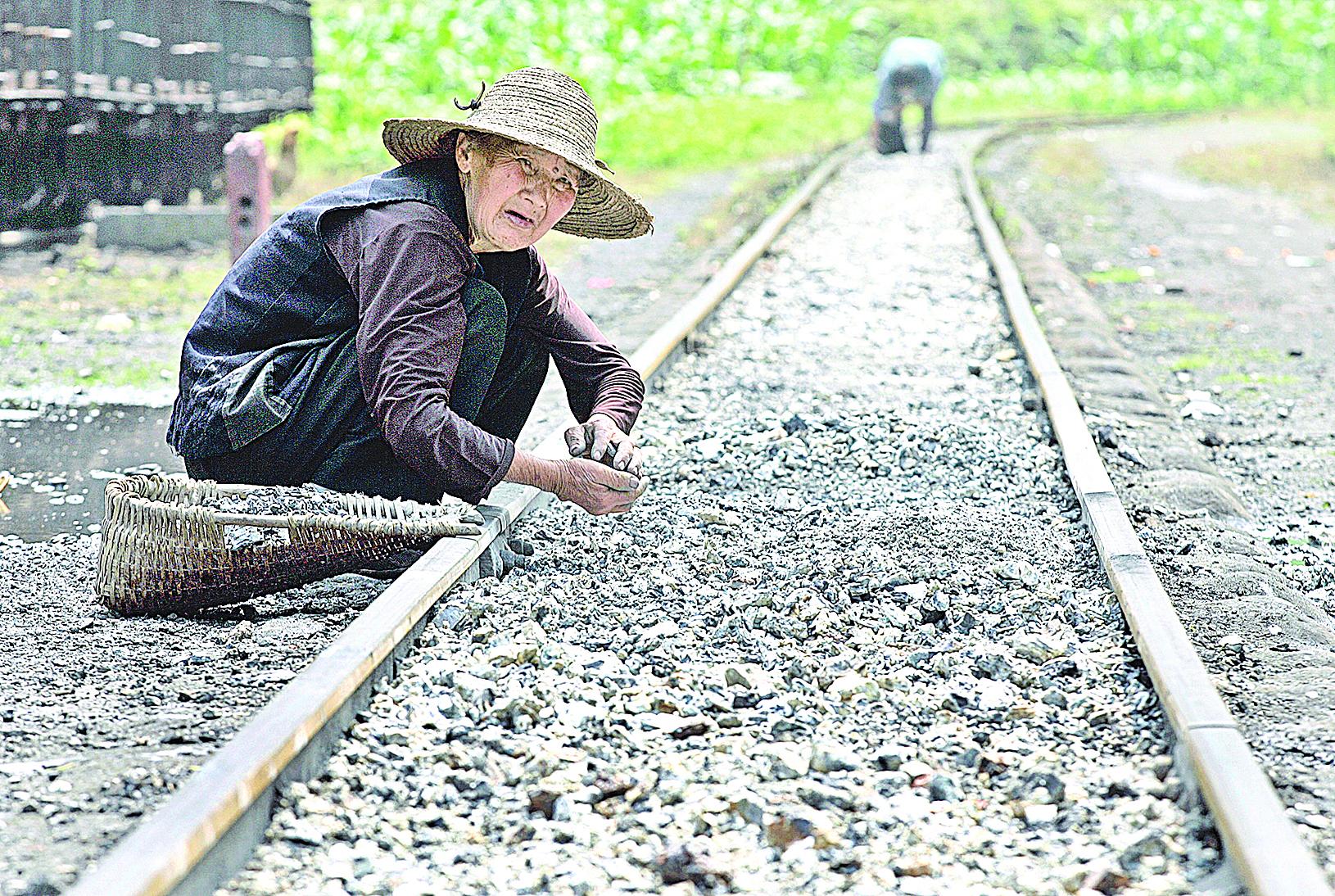 中國失去田地的農民,補償有限,早就淪為弱勢群體。(Getty Images)