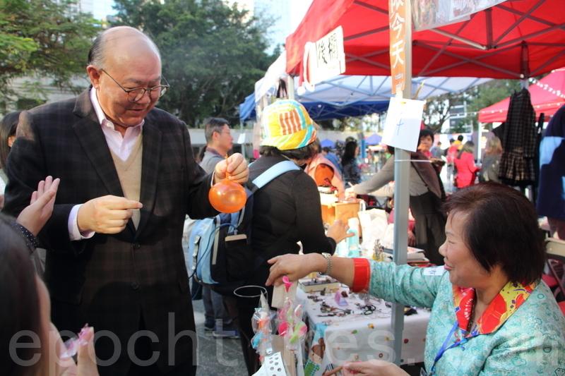 胡國興昨日應邀出席墟市節,他表示小販見證香港精神,在不妨礙街坊的環境下讓他們繼續生存,是一件好事。(蔡雯文/大紀元)