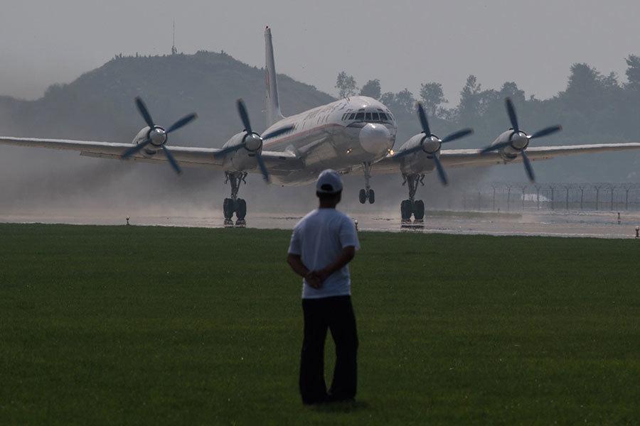 俄羅斯一架載有39人的軍用飛機Il-18今天(19日)墜毀,機上39人全數生還。圖為Il-18飛機。(ED JONES/AFP/Getty Images)