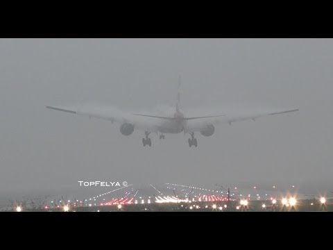 圖為飛機在濃霧中降落於格域機場。(YouTube擷圖)