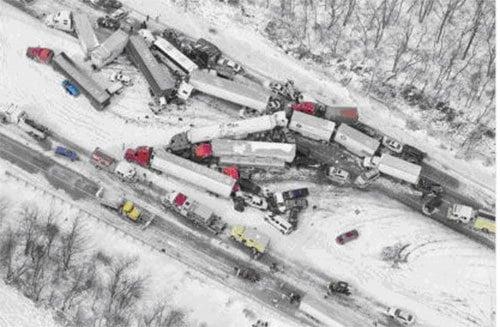 13日,美國賓州州際公路發生重大致命車禍,大約50多輛車相撞,導致40多人送醫,70多 人前往臨時搭建的緊急庇護所,以躲避極度嚴寒天氣。(推特截圖)
