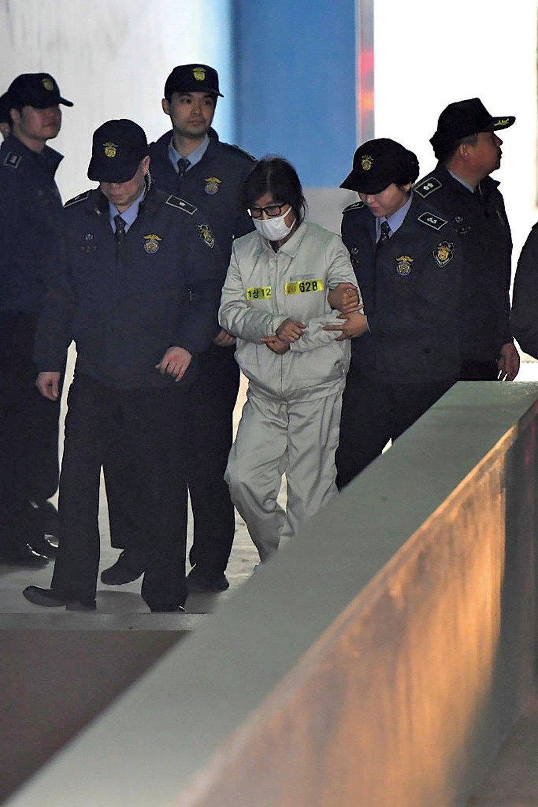 南韓法院19日開庭審理總統朴槿惠親信干政案,朴槿惠的閨蜜崔順實身穿囚衣出席初審庭訊。(AFP)