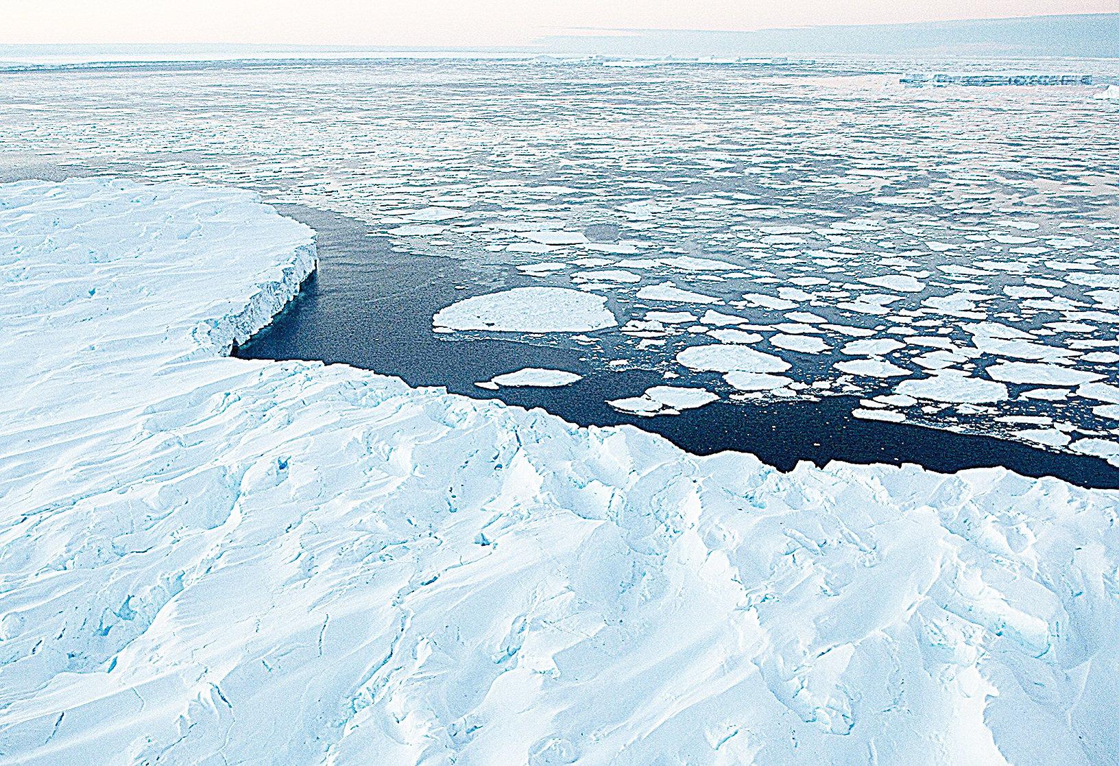 研究顯示,南北極的冰層正因氣候暖化而加速融解。(AFP)