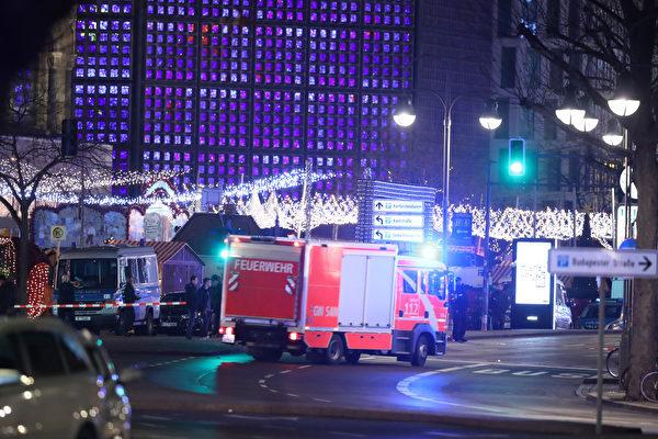 當地時間周一(19日)晚上8時左右,在德國首都柏林西部的市中心,一輛貨櫃車衝入聖誕市場,造成12死48傷,震驚全球。(Sean Gallup/Getty Images)