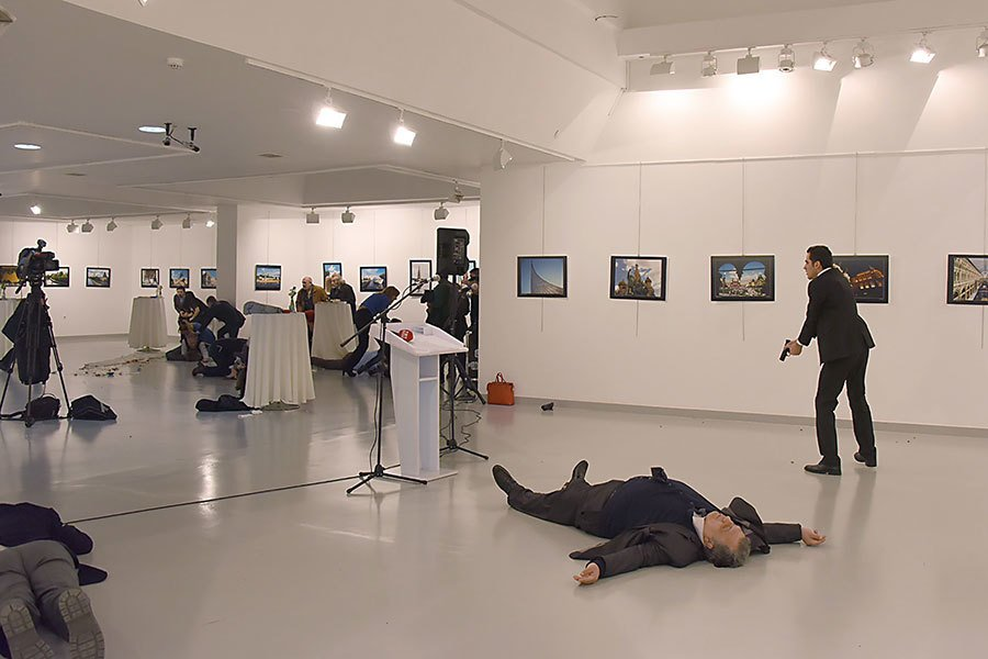 星期一,在土耳其首都安卡拉的一個藝術展上,俄羅斯駐土耳其大使安德魯・卡羅夫(Andrey Karlov)遭槍擊。(AFP)