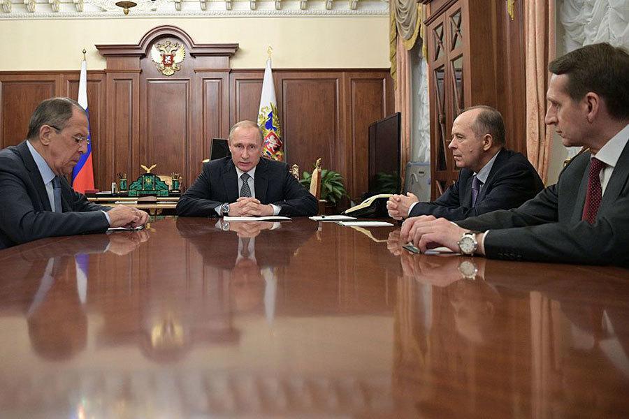 普京與外長拉伕羅夫及情報機關主管會面時,形容這宗刺殺事件是挑釁行為,目的是妨礙俄羅斯與土耳其恢復正常關係。(AFP/Getty Images)