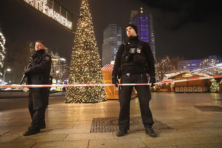12月19日晚,德國柏林市中心一個聖誕市場發生一宗血案。一輛大貨櫃車衝入市場擁擠的攤位和人群。(Sean Gallup/Getty Images)