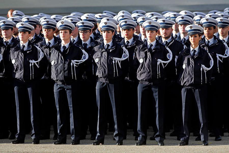 圖為2016年11月25日,法國南部警察學校畢業的警察學生。(JEAN-PAUL PELISSIER/AFP/Getty Images)