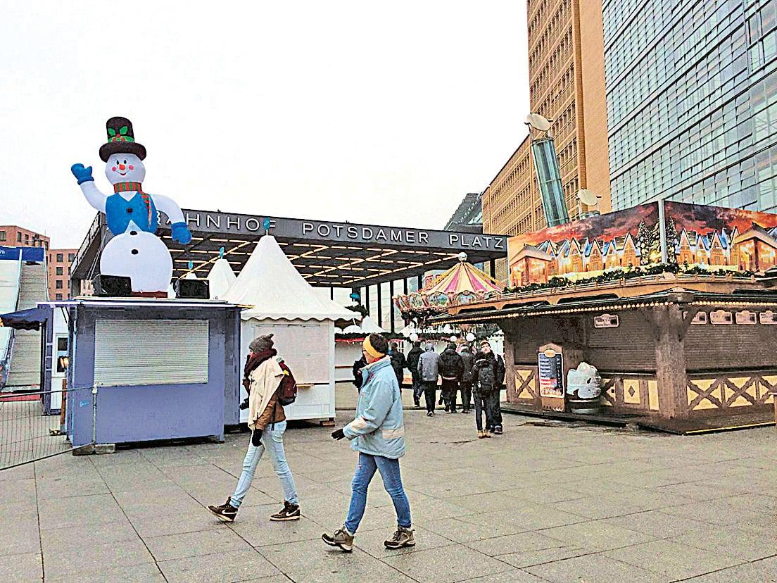 德國柏林聖誕市集遭卡車死亡攻擊,波茨坦廣場上的聖誕市場關閉,只有寥寥無幾的人穿行而過。(周仁/大紀元)