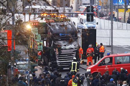IS聲稱實施了柏林貨櫃車恐襲。圖為襲擊發生後,安全人員和救援人員抵達現場。(Michele Tantussi/Getty Images)