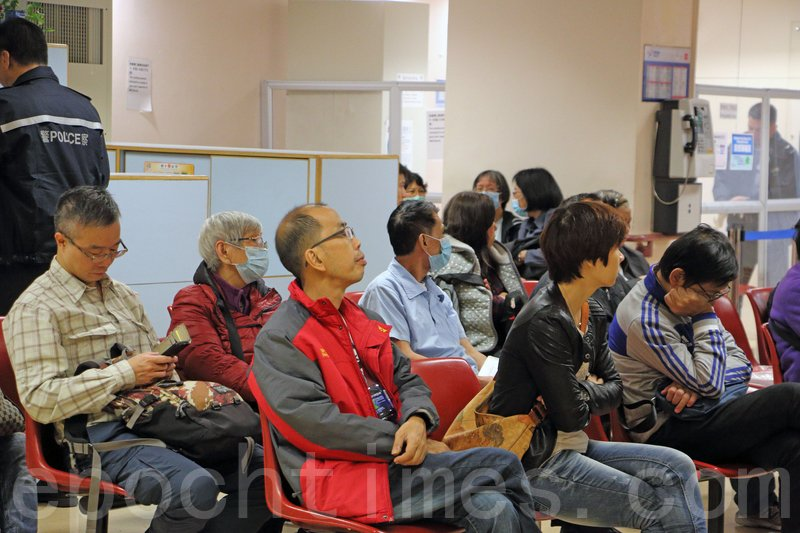本港正式進入冬季服務高峰期,醫管局指過去兩星期,急症室每日求診人次上升至5,856人次,最多一日更達6,635人次。(蔡雯文/大紀元)