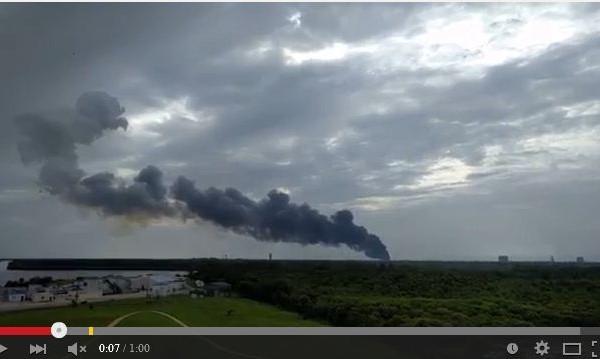 9月1日早上,美國佛羅里達甘迺迪發射中心發射台發生爆炸,該發射台是航空公司SpaceX準備火箭發射的平台。(視像擷圖)