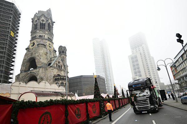 圖為「柏林恐襲」的貨櫃車被拖離現場之後,停在柏林地標建築紀念教堂旁邊。(TOBIAS SCHWARZ/AFP/Getty Images)