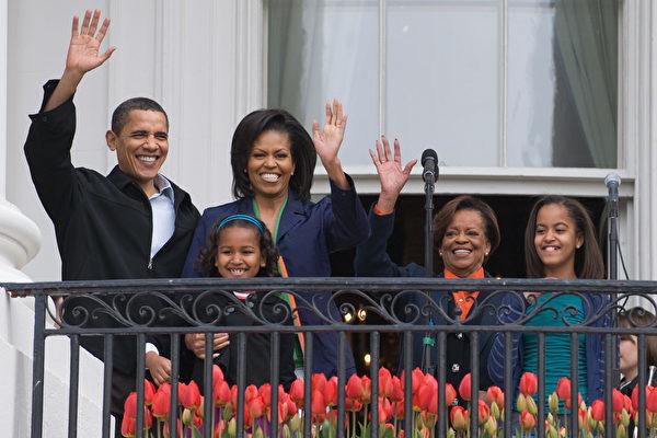 2009年4月13日,奧巴馬一家在入主白宮第一年的復活節活動中,在東廂陽台向眾人招手示意。(SAUL LOEB/AFP/Getty Images)
