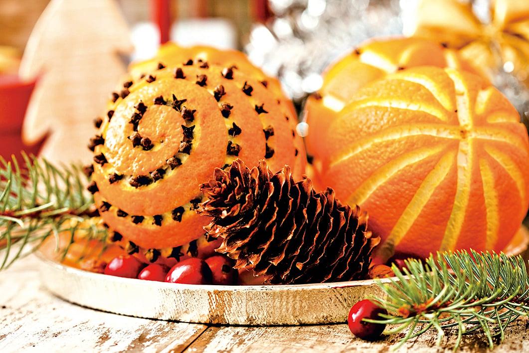 把丁香籽扎到新鮮的橙子上,是美麗又有趣的聖誕裝飾。