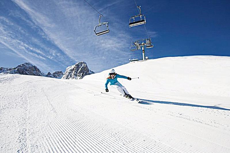 這個世界一流的滑雪勝地包括9大滑雪場, 90座滑雪纜車以及300公里下滑雪道,人工造雪設施確保滑雪道充足的雪量並可以一直保持到第二年的春天。(因斯布魯克旅遊局提供)