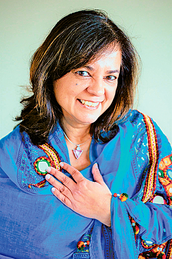 在香港長大的艾妮塔.穆劄尼女士(Anita Moorjani)在瀕死中去到一個無時間性的世界,感受到自己與宇宙萬物融為一體,被無條件的愛包圍。昏迷24小時後,癌症不藥而癒。(穆劄尼fb)