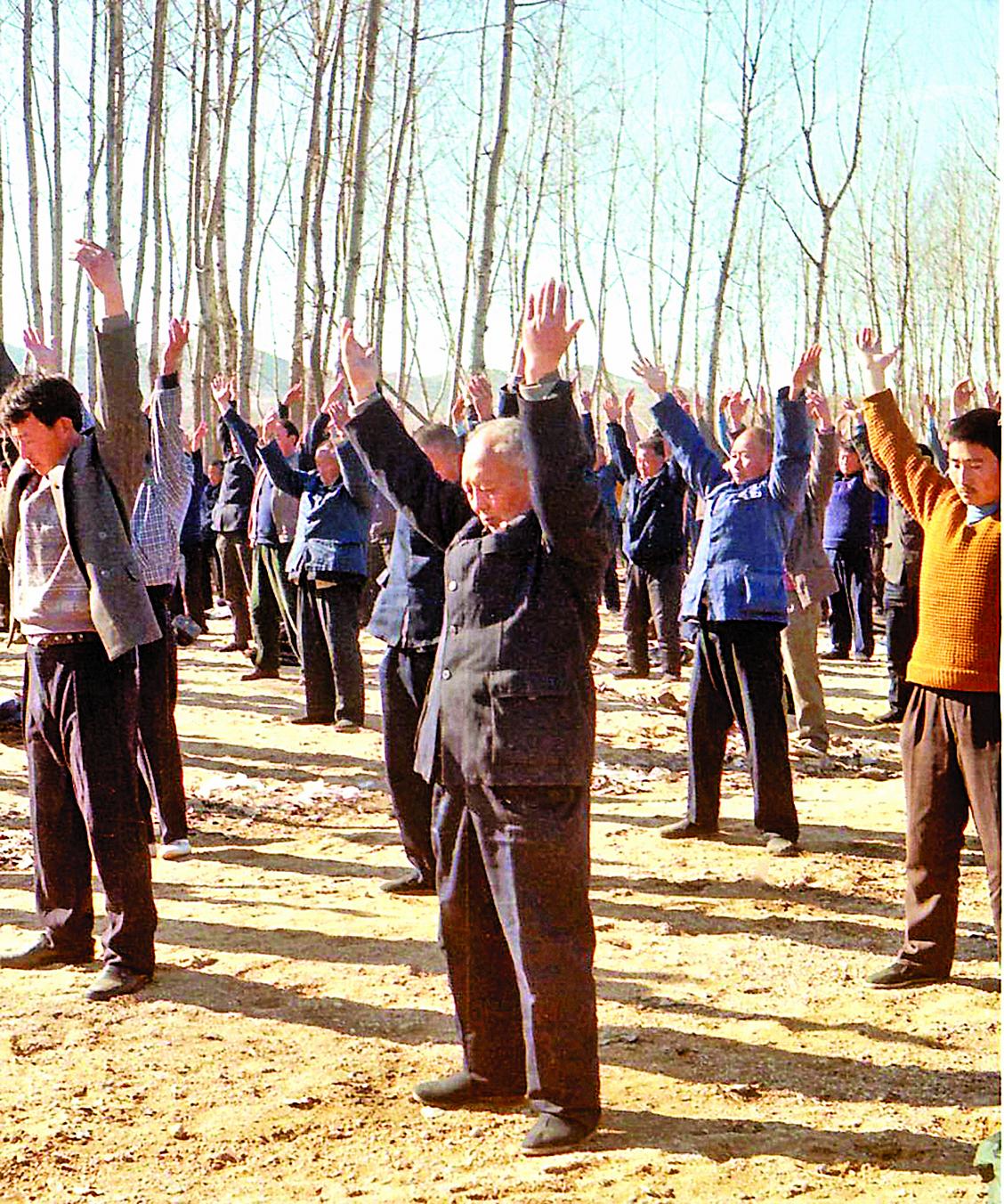 1998年春,山東省蒙陰縣野店鎮法輪功學員集體煉功。(明慧網)