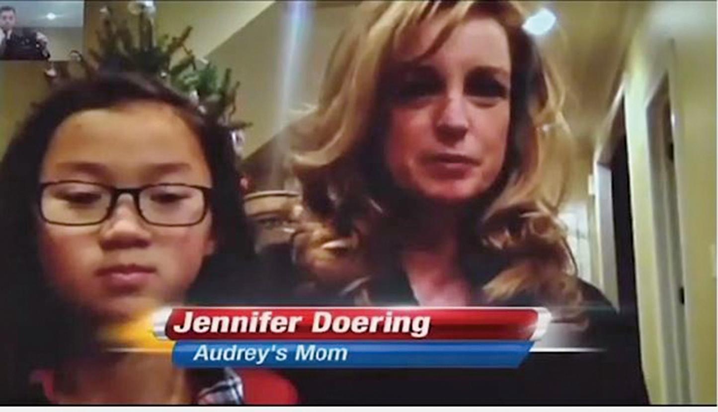 美國一位母親為10歲的中國養女找回養女失散10年的孿生姊妹,送上一份特別的聖誕禮物。(視頻截圖)