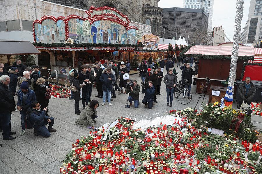 12月19日德國柏林的一個聖誕節集市遭恐怖襲擊,一輛貨車撞向人群,造成12人死亡。圖:22日柏林人為遇難者鮮花。(Sean Gallup/Getty Images)